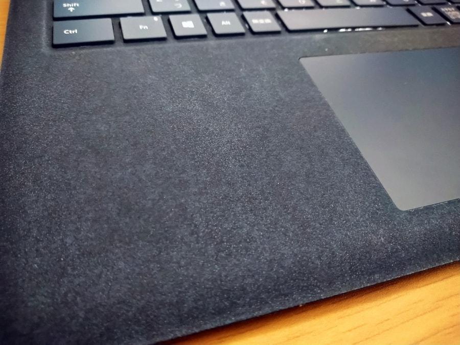 間近で撮ったSurface Laptopのアルカンターラ素材