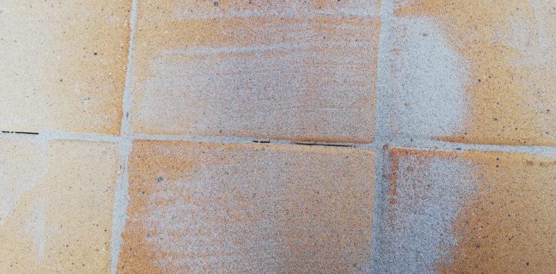 隙間に珪砂を入れていく