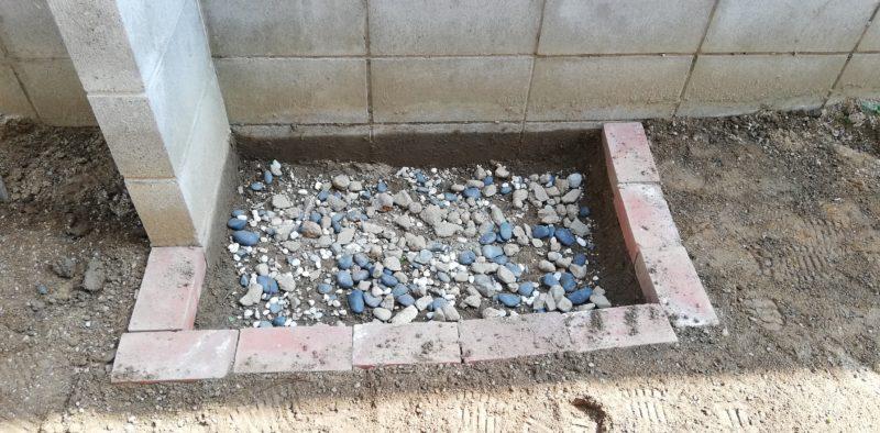 下地として余っていた石を撒く