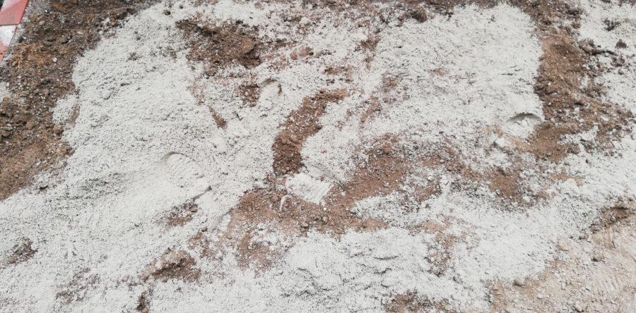 庭の土に砂をぶちまける