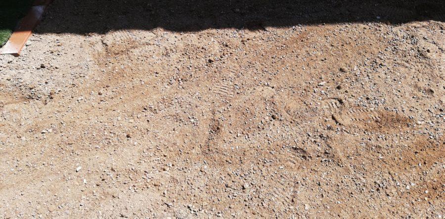 庭の真ん中の土を混ぜ混ぜする