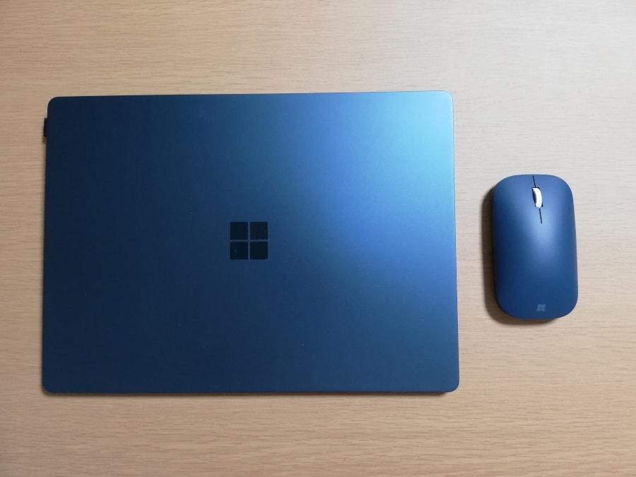 Surface Laptop と Surface モバイルマウスを並べてみる