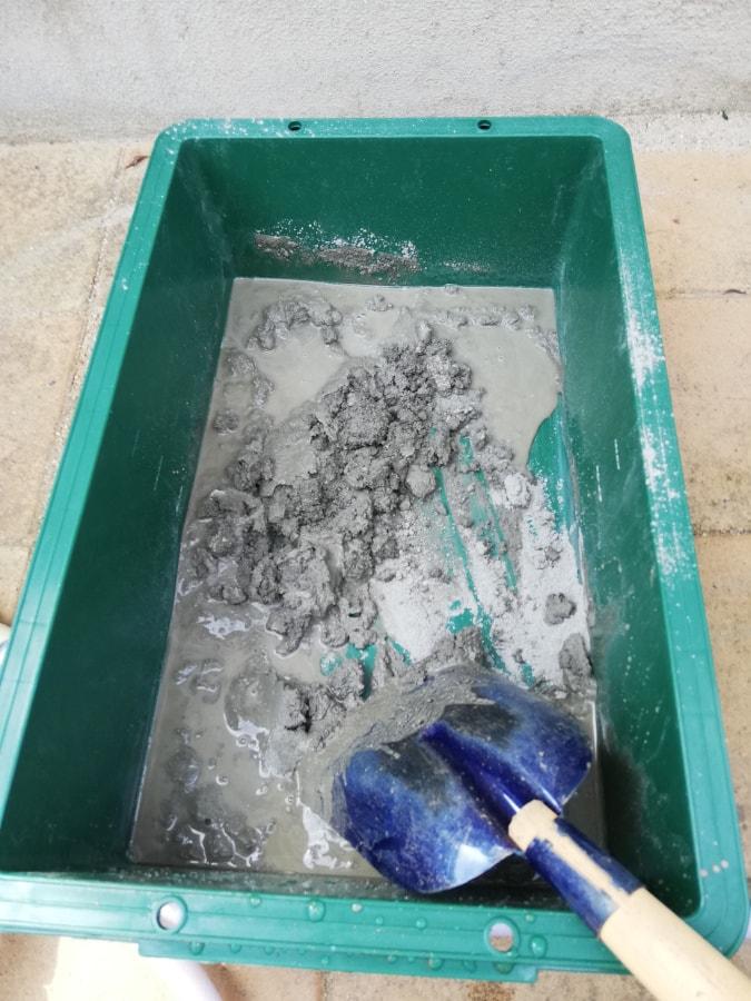 インスタントセメントに水を加えて混ぜ込む