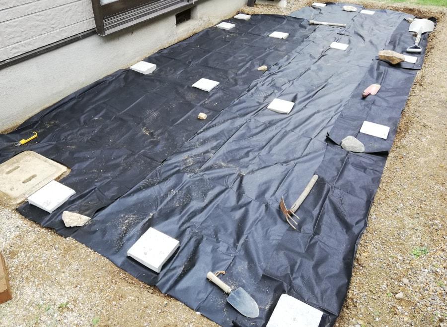 16個の束石が防草シートから出せました