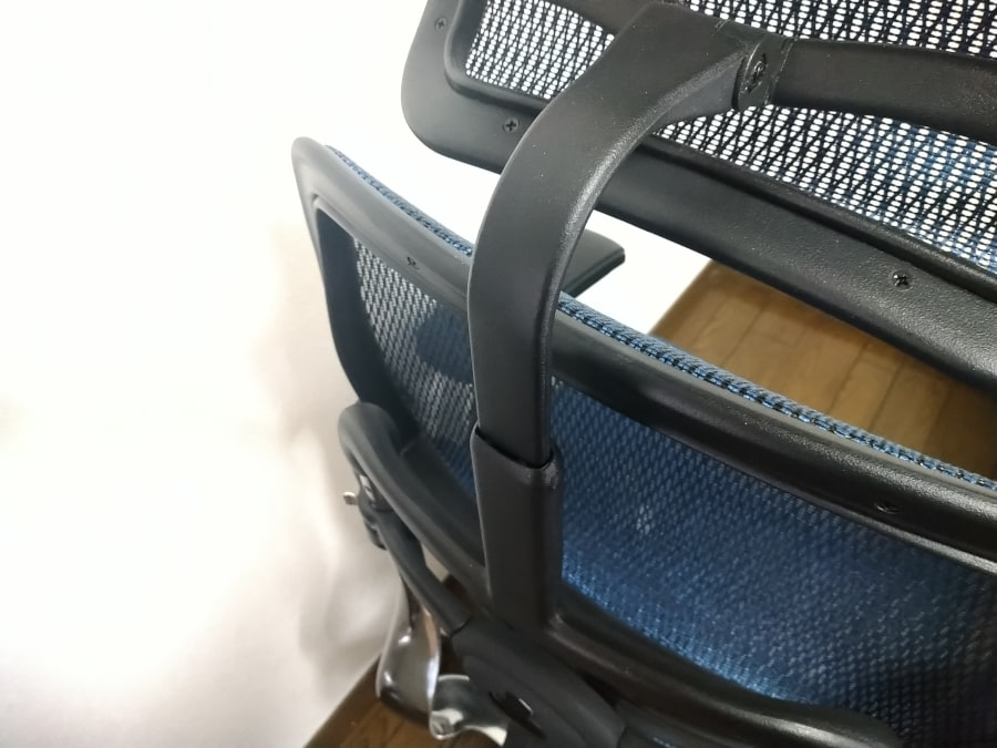 この棒(?)ごと上下に動かすことでヘッドレストの高さを調節できる。