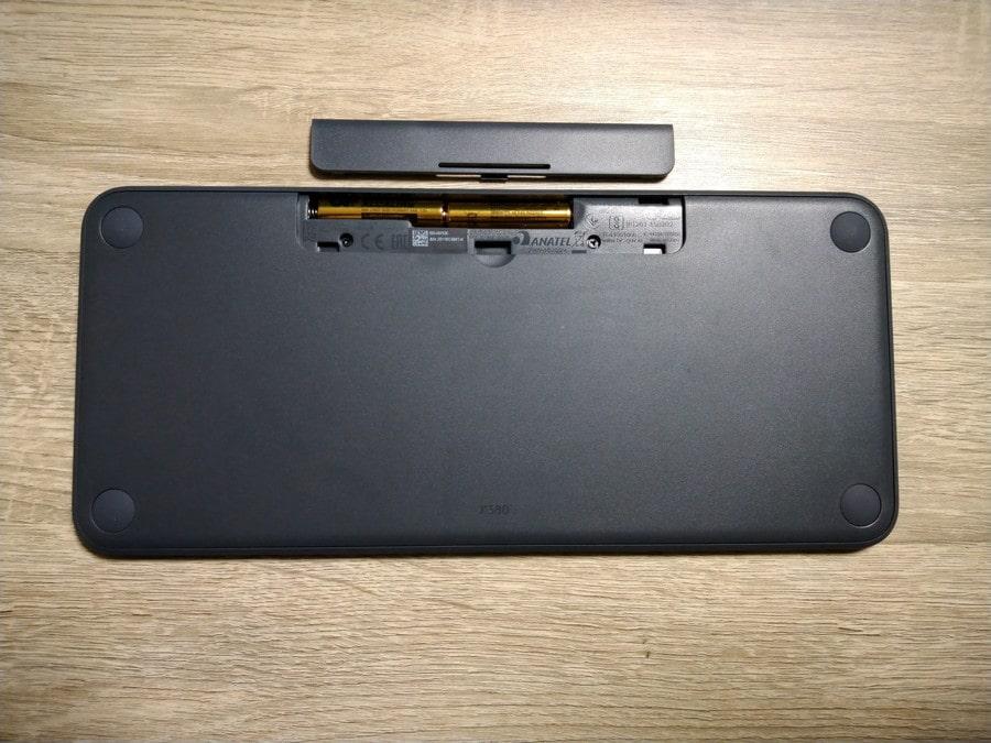 裏側。上部に単4電池2本を入れます。