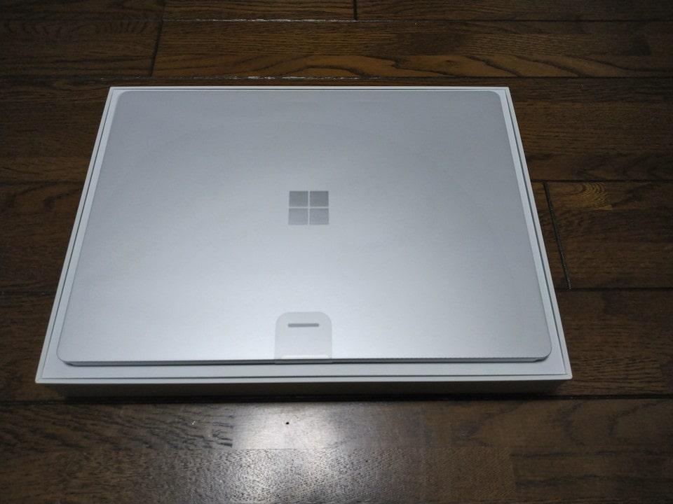箱を開けるとSurface Laptop 4が!