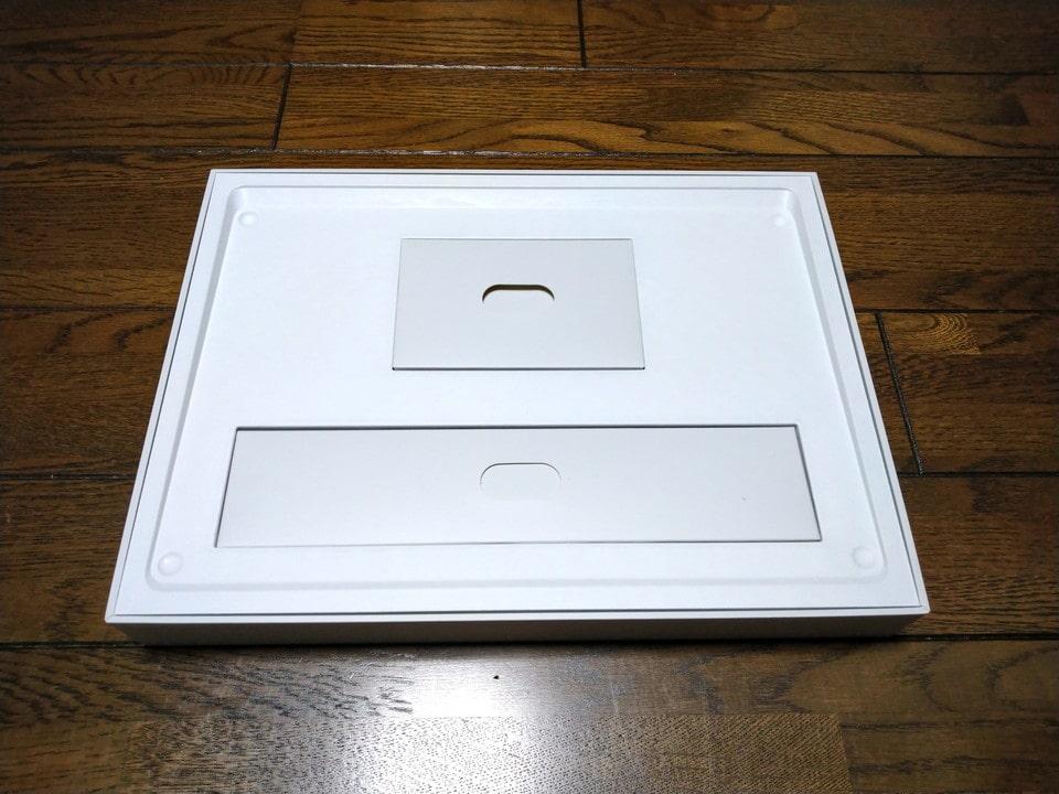Surface Laptop 4を取り出すと付属品の小さな箱2つが出現。
