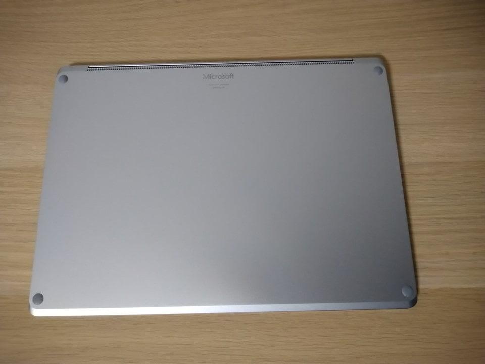 Surface Laptop 4の裏側。写真がズレてる・・・。
